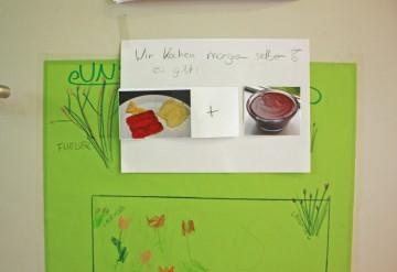 Die Kinder haben entschieden: Heute gibt es Fischstäbchen mit Kartoffelbrei und Schokopudding. Foto: BSM