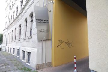 Ein wenig versteckt, aber gut ausgeschildert ist der Eingang des Allgemeinen Konsumvereins. Foto: André Pause