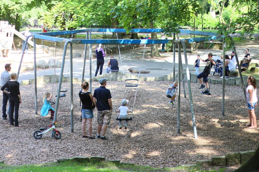 Schaukelspaß in Innenstadtnähe auf dem Spielplatz im Inselwallpark. Foto: Jan Engelken