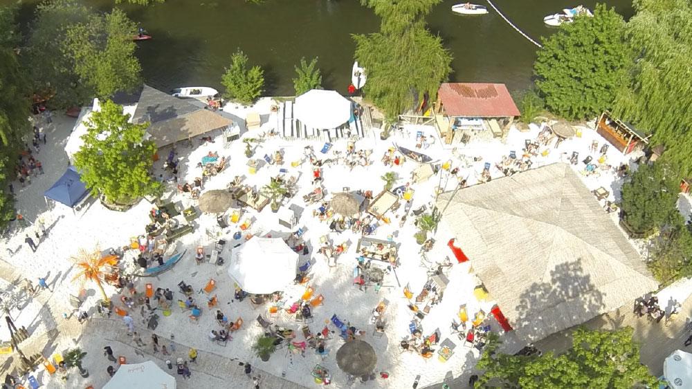 Okercabana: 4000 Quadratmeter Sandstrand zum Wohlfühlen – auch bei schlechtem Wetter. Foto: Okercabana/Kultur Manufaktur GmbH