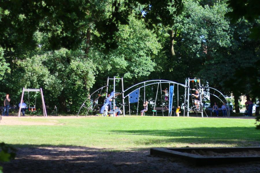 Stets gut besucht und die Bäume spenden an sonnigen Tagen Schatten: Der Spielplatz im Prinz-Albrecht-Park. Foto: Jan Engelken