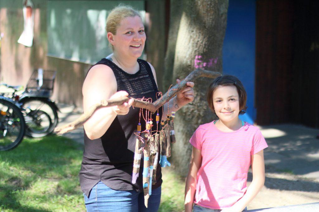 Elisha (9 Jahre) baut gemeinsam mit ihrer Mutter ein Windspiel auf dem Aktivspielplatz Gliesmarode. Foto: Jan Engelken