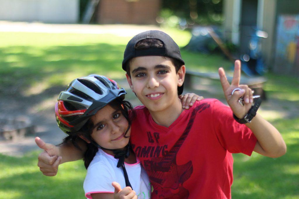 Ibrahim (10 Jahre) ist meist auf dem Fußballplatz. Schwester Maria (7) ist oft dabei. Foto: Jan Engelken