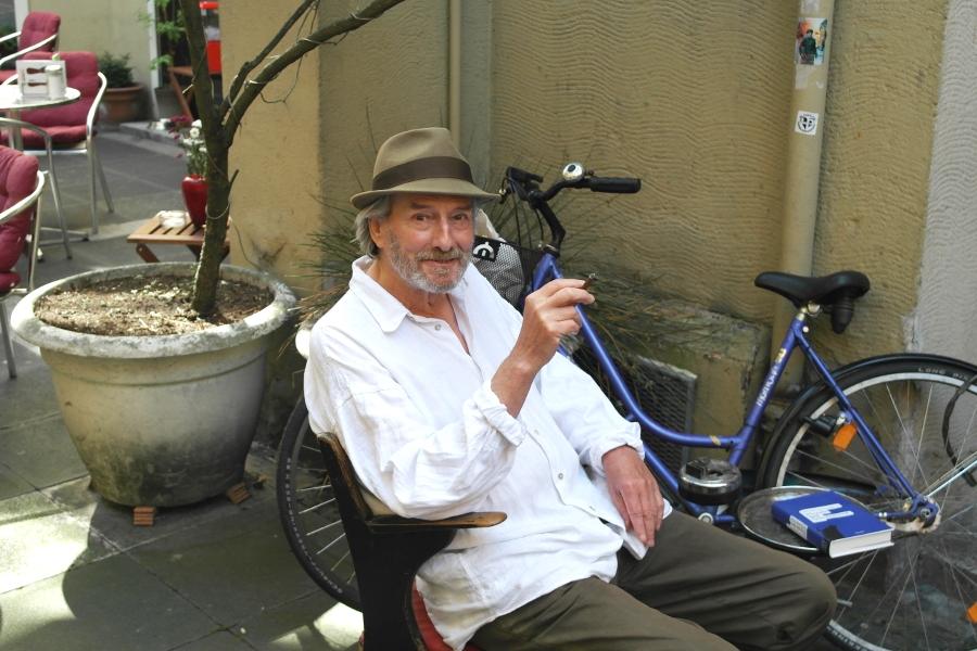Autor Serge Roon verbringt den Sommer am liebsten vor seinem Antiquariat im Handelsweg. Foto: Jan Engelken