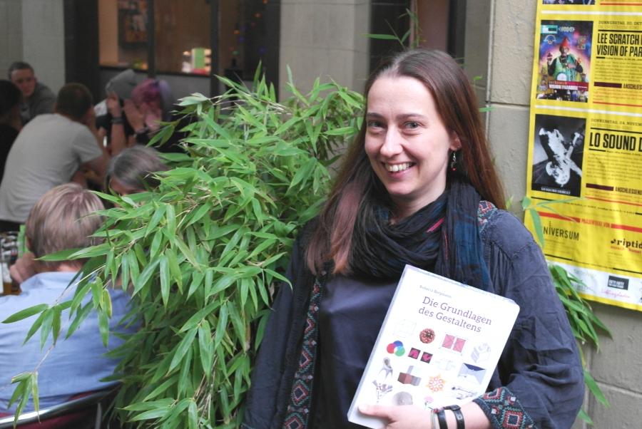 Roberta Bergmann hält stolz ihr neues Buch in den Händen. Foto: Jan Engelken