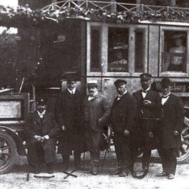 Vor einem der ersten Omnibussen. Foto: gemeinfrei