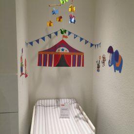 Der Wickelraum in der Touristinfo Braunschweig sorgt mit bunten Bildern für Ablenkung bei den Kleinsten. Foto: Simone Blaschke