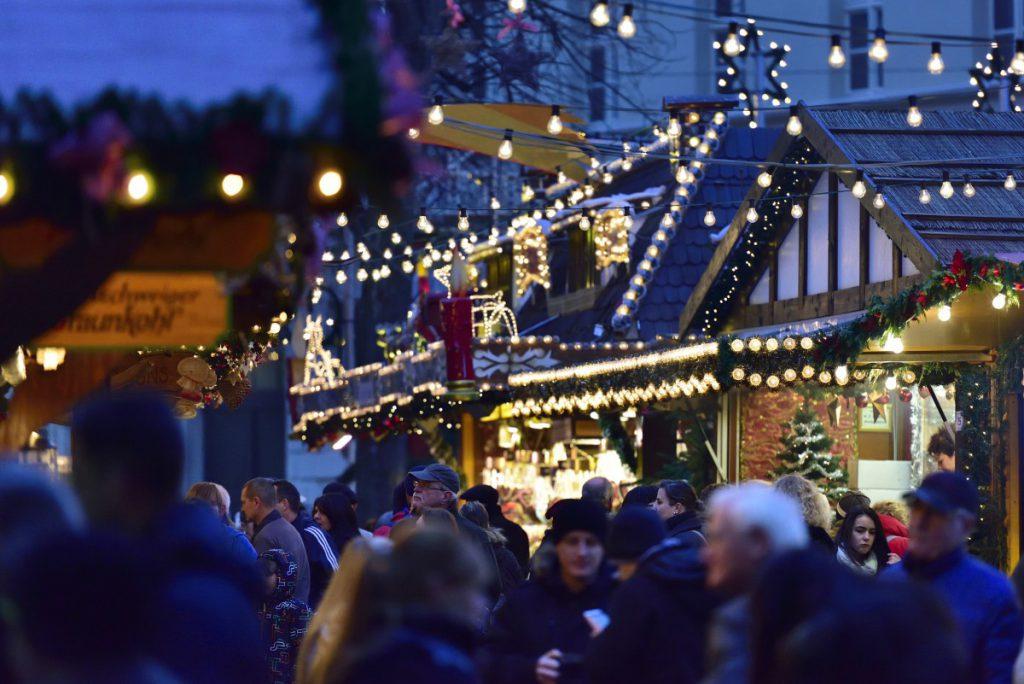 Traditionelle Stände und ein ausgewogenes Warensortiment prägen den Braunschweiger Weihnachtsmarkt. Foto: BSM/Daniel Möller